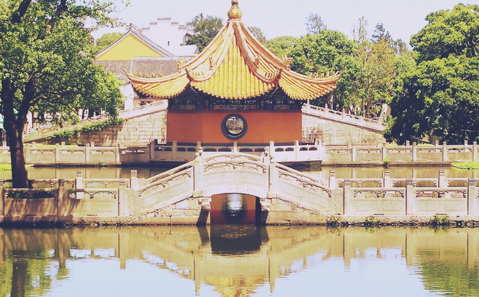 外堀から見た中国の寺の外観